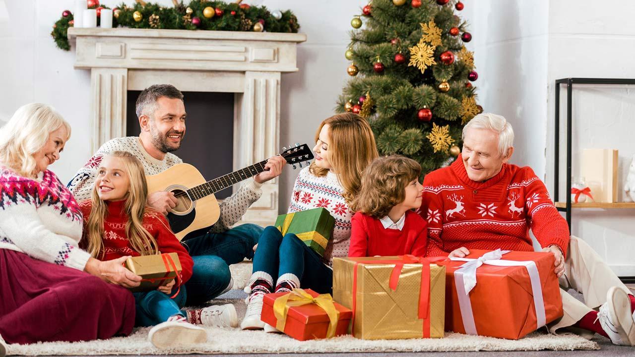 Die schönsten Weihnachtslieder / eine Familie singt Weihnachtslieder
