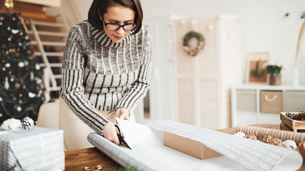 Weihnachtsgeschenke selber basteln / Frau packt Geschenke ein