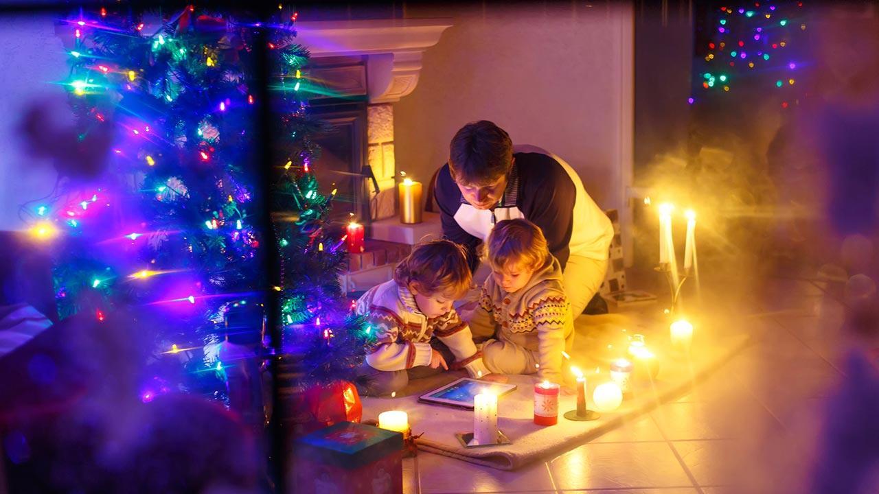 Die schönste Weihnachtsdeko / Familie in einem dekorierten Haus