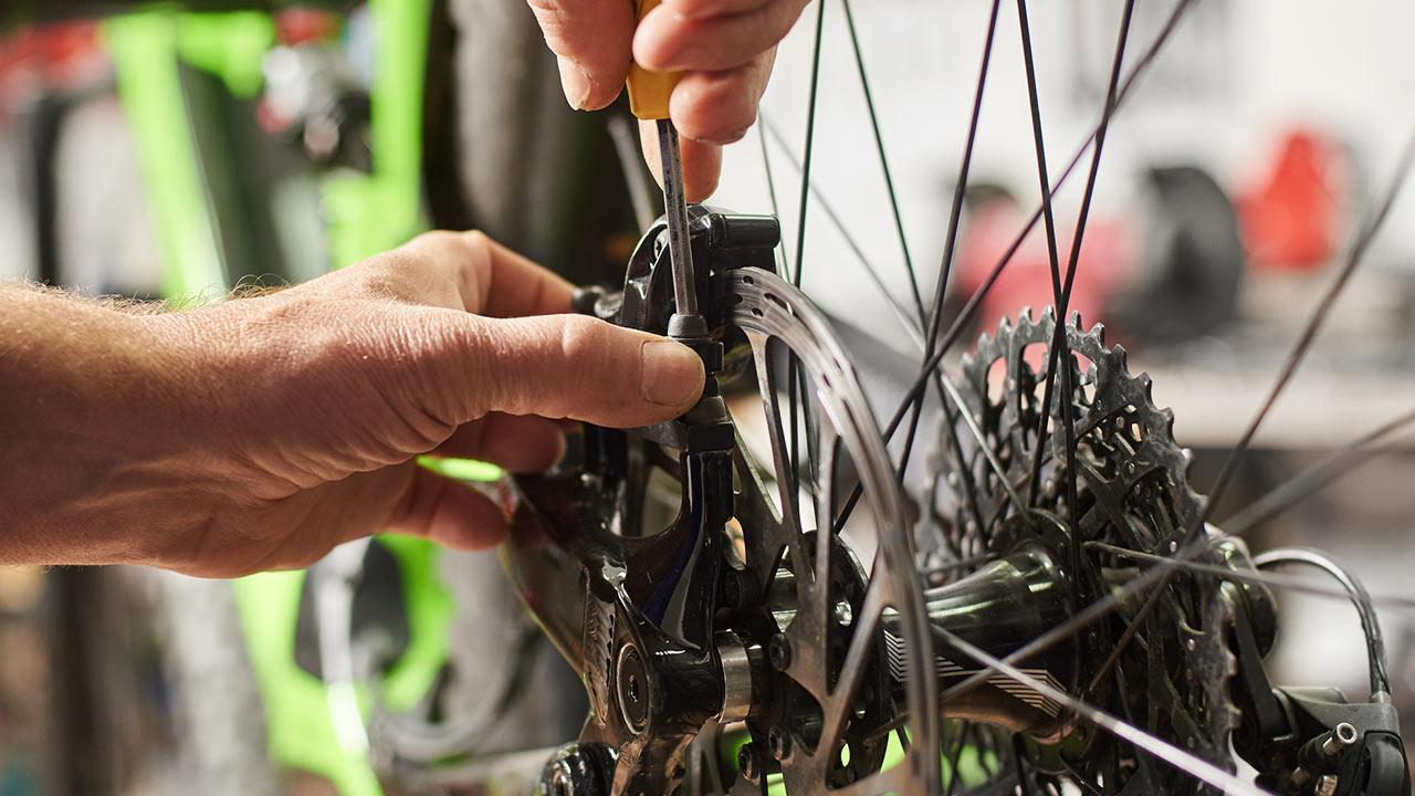 Wie mache ich mein Fahrrad wintertauglich ? / ein Mann macht sein Fahrrad wintertauglich