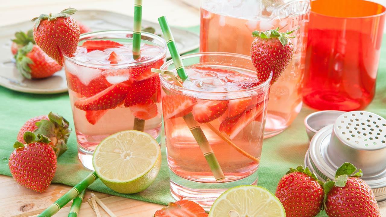 Fruchtige Bowlenrezepte für ihre Silvesterparty / eine Erdbeerbowle