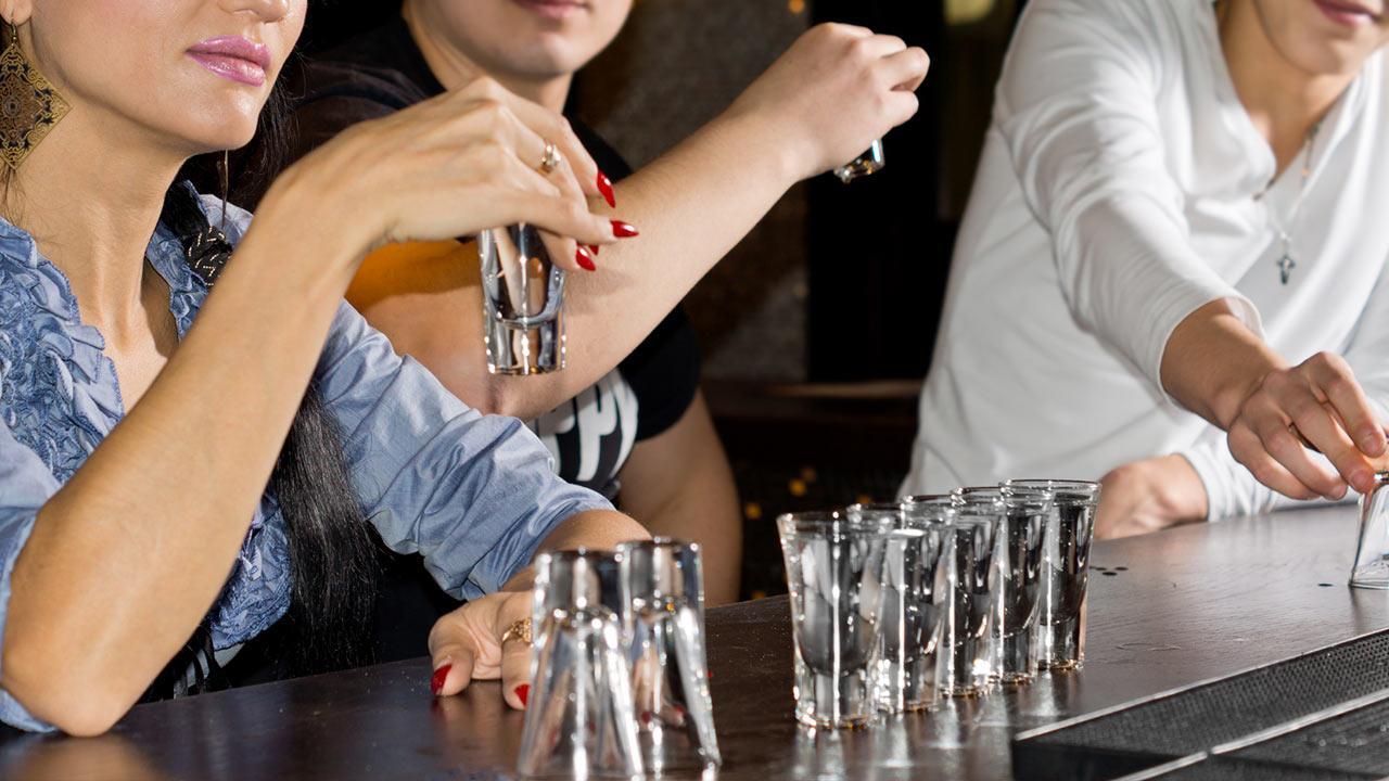 Partyspiele an Silvester / Leute machen ein Trinkspiel