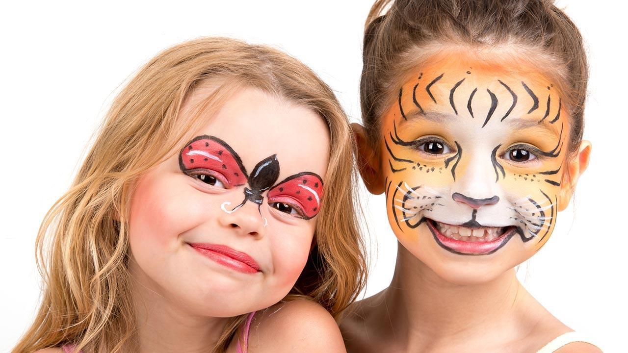 Faschingsmasken - Gesichtsfarben im Test / zwei kleine geschminkte Mädchen