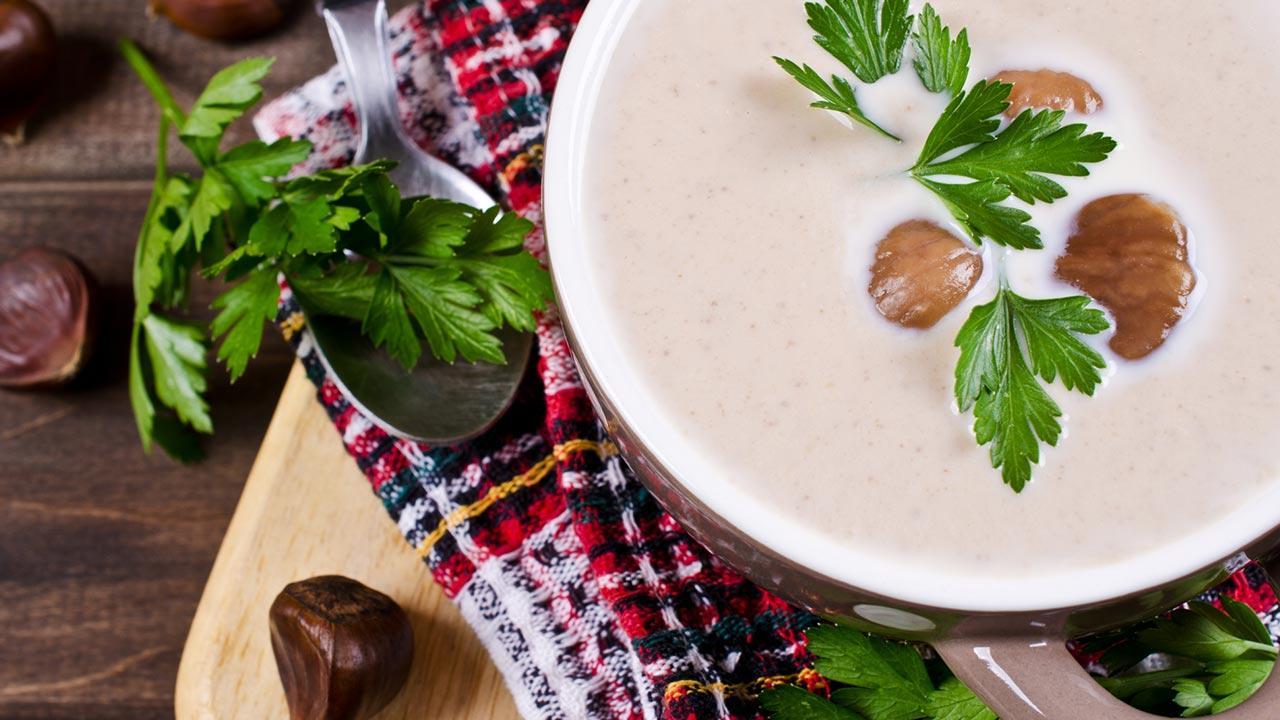 Winterliche Maronensuppe / eine frisch zubereitete Maronensuppe