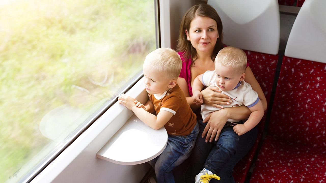 Wochenendausflug - Auto oder Bahn / Frau mit ihren Söhnen im Zug
