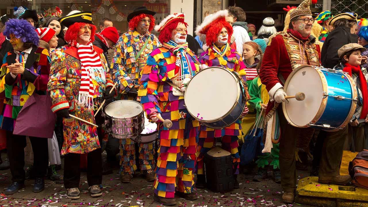 Kölner Straßenkarneval - bunte Clowns mit Instrumenten