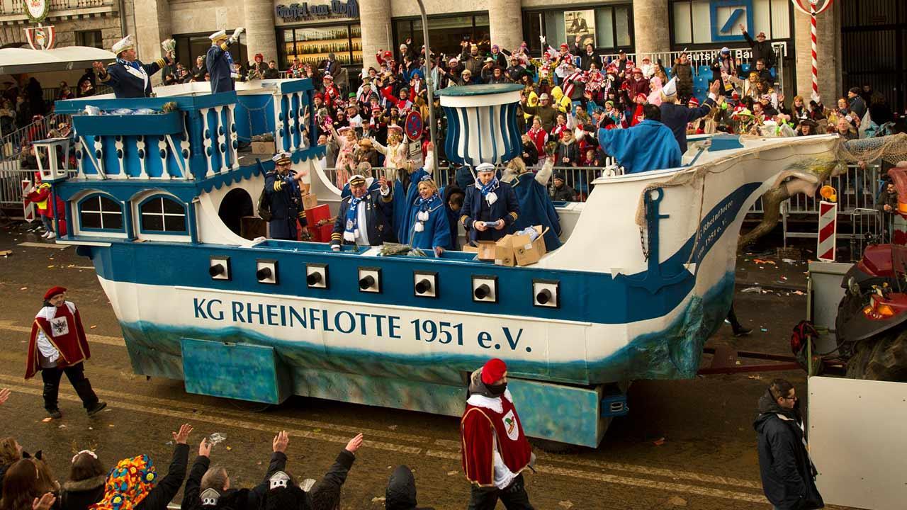 Kölner Straßenkarneval - KG Rheinflotte Umzugswagen