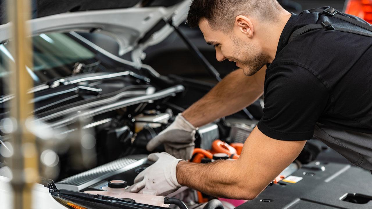 Standheizung für Auto - ein Mann repariert die Heizung im Auto