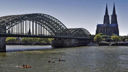 Kanu fahren auf dem Rhein
