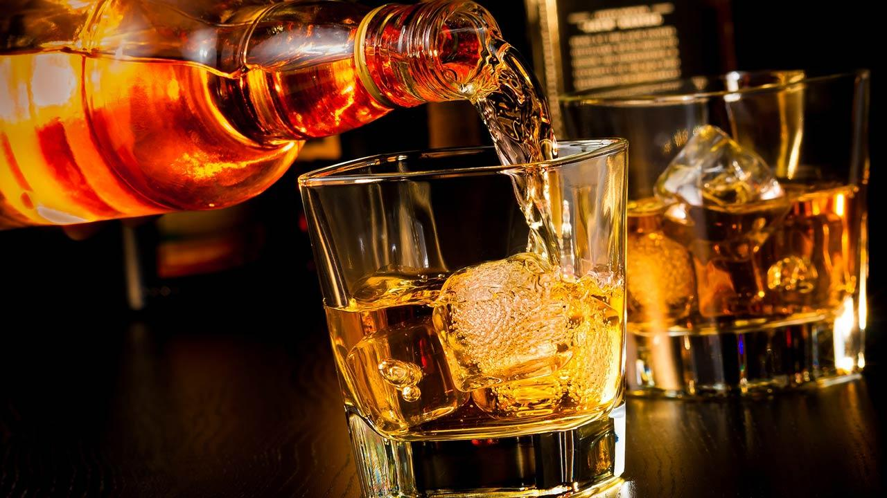 Whisky on the Rocks oder ohne Eis - Whisky im Glas