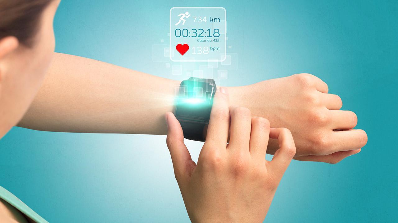Smartwatch - der digitale Doktor - Frau trägt eine Smartwatch beim Laufen