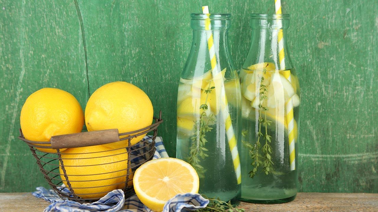 Die Detox Kur entgiftet den Körper - Zitronenwasser