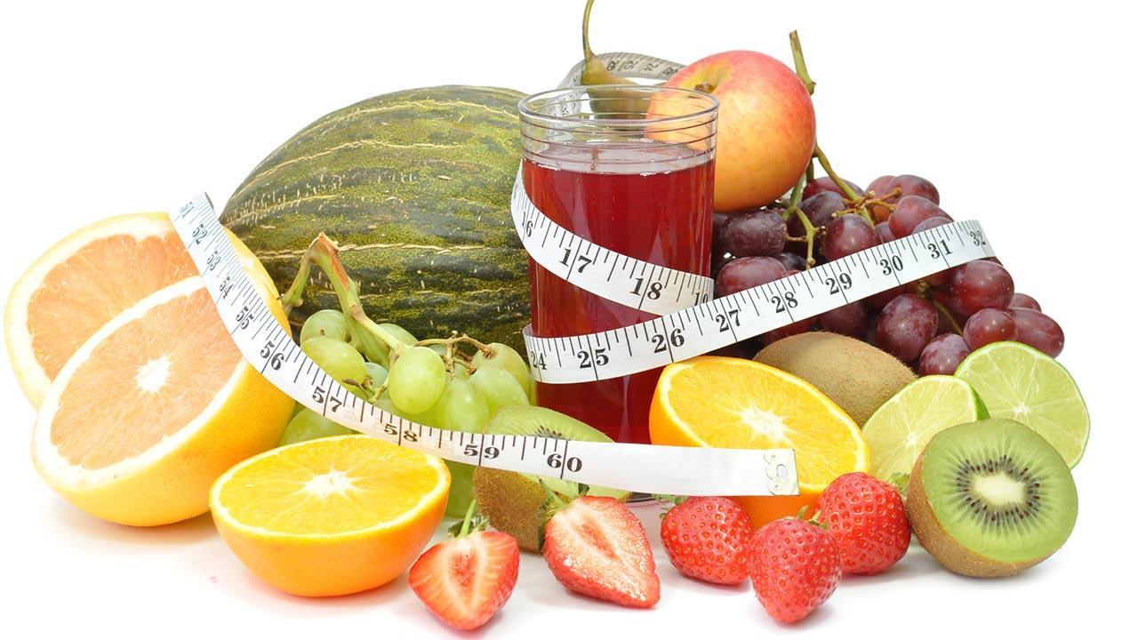 Die Detox Kur entgiftet den Körper - frisches Obst und ein Saft