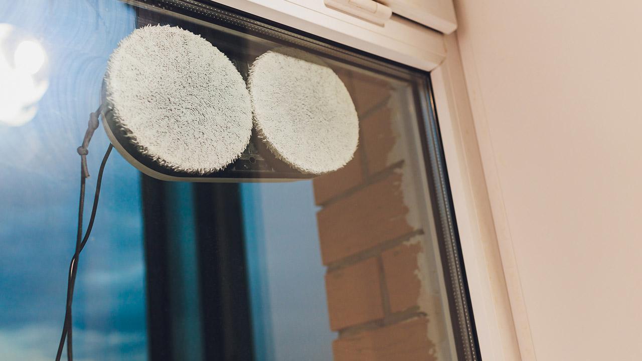 Perfekt für den Frühjahrsputz: Fensterputz Robotor - ein Fensterputz Roboter am Fenster von außen fotografiert