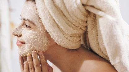 DIY Peeling  - Frau trägt ein Gesichtspeeling auf