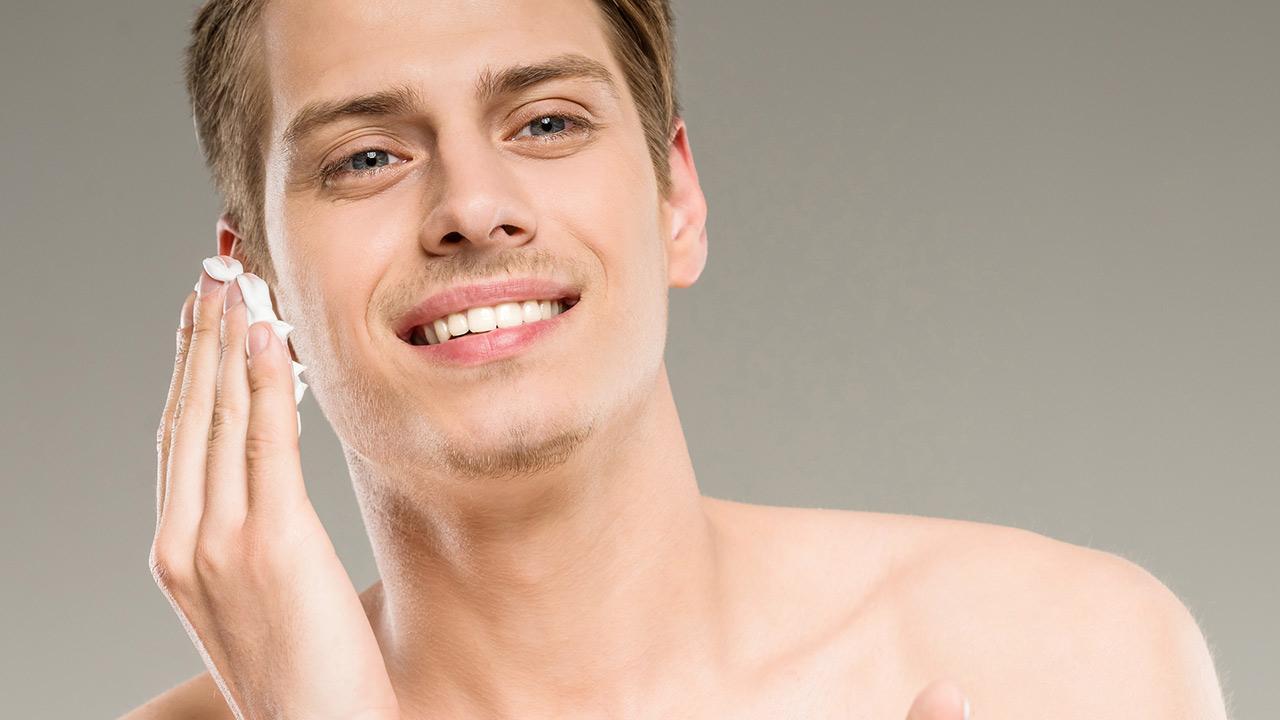 Welche Pflegecreme braucht der moderne Mann - mann trägt Creme auf